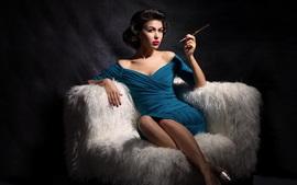 Синяя юбка девушка сидит на диване
