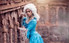 Menina saia azul, peruca branca, retro