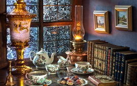 Livros, lâmpada, chá, janela