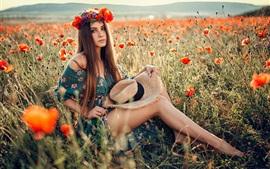 Menina de cabelos castanhos, chapéu, grinalda, campo de papoulas, verão