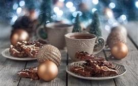 Bolo de chocolate, bolas de Natal, café