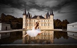 Garota dançando, castelo, água
