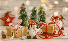 Dom, boneco de neve de brinquedo, árvores de natal