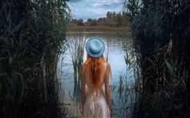 Вид сзади девушки, шляпа, трава, пруд
