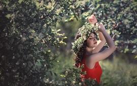 Menina feliz, saia vermelha, coroa de flores