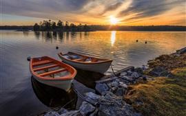 Lago, dos barcos, puesta del sol