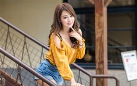 Belle fille asiatique, échelles