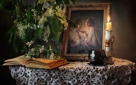 Foto, flores brancas, livro, mesa de madeira