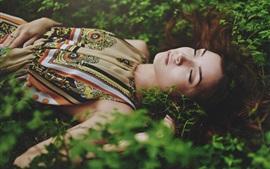 Спящая девушка, кусты