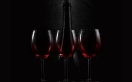 Три стеклянных чашки вина, бутылки, темноты