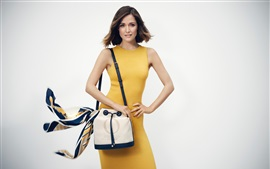 Menina saia amarela, bolsa, cachecol