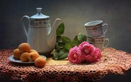 Абрикосы, розовые розы, чайник, чашки, натюрморт