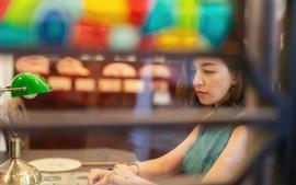 Menina asiática, cabelo curto, lâmpada