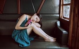 Hermosa chica china, falda azul, sofá, pose