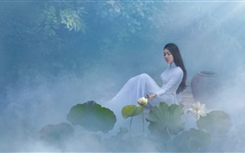 Hermosa chica china, falda blanca, loto, niebla, mañana