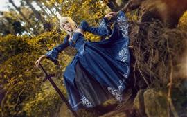 Belle fille, cosplay, jupe bleue, épée, forêt