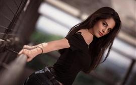 Vestido negro niña mira hacia atrás, cabello largo