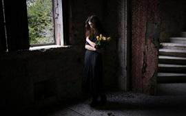 Falda negra chica, casa, rosas amarillas, ventana