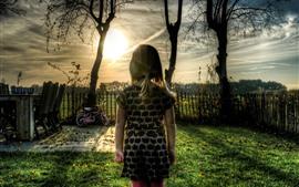 Menina criança, vista traseira, árvores, pôr do sol