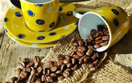 Granos de café, tazas amarillas