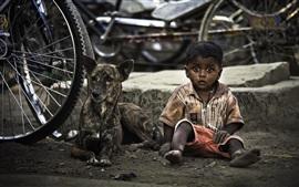Симпатичный мальчик и собака, велосипедное колесо