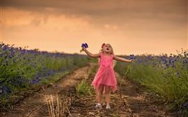 Aperçu fond d'écran Jolie petite fille, fleurs bleues, chemin