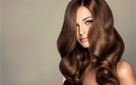 Chica de moda, peinado, rizos marrones