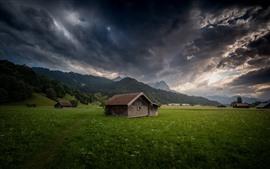 Alemania, Bayern, Garmisch-Partenkirchen, casas, campos, montañas, nubes gruesas