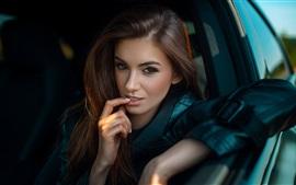 壁紙のプレビュー 女の子は車、顔、指に座る