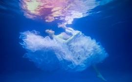 Aperçu fond d'écran Fille sous l'eau, jupe, violon, belle