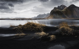 Islândia, mar, montanhas, praia, grama, nuvens