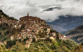 Italia, Liguria, Apricale, ciudad, montañas, niebla