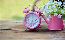 Розовый будильник, белые цветы