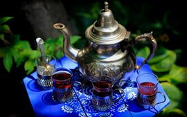 Chá vermelho, copos, chaleira