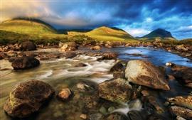 Шотландия, Остров Скай, скалы, ручей, вода, синие облака