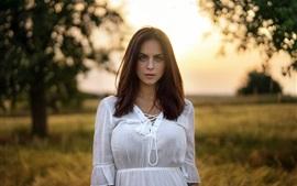 Vestido blanco chica, verano, hierba