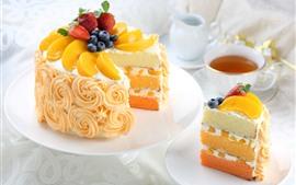 Праздничный торт, сливки, фрукты, чай
