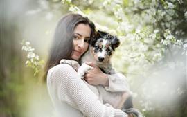Garota de cabelo preto e cachorro, flores, nebuloso