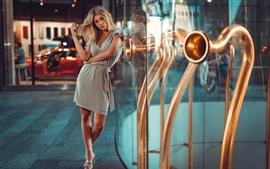Vorschau des Hintergrundbilder Blondes Mädchen, Straße, Stadt, Glastür