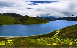 Rio azul, colinas, campos, nuvens, bela natureza paisagem