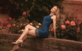 Голубая юбка девушка, блондинка, цветы