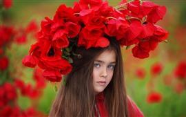 Kleines Mädchen des braunen Haares, rote Mohnblumen, Kranz