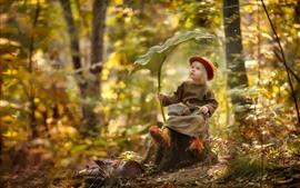 Menina bonitinha na floresta, ouriço, guarda-chuva de folha