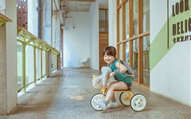 Симпатичная девочка играет игрушка велосипед, ребенок