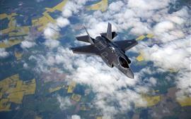 Vuelo de caza F-35B en el cielo, nubes