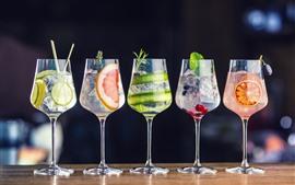 Cinco copos de vidro de cocktails, bebidas de frutas