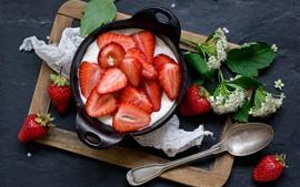 Sobremesa de frutas, iogurte, flores, colher