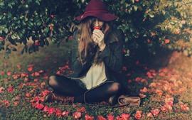 Aperçu fond d'écran Fille s'asseoir sur le sol, chapeau, fleurs