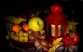 Uvas, maçã, rosa, lanterna, ainda vida
