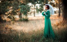 Chica de vestido verde, paraguas, árbol, estilo retro
